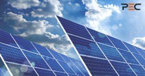 Solarmodule mit Sonne und Wolken