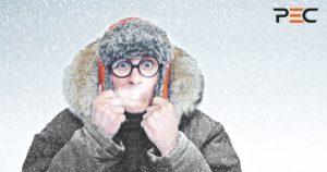 Mann mit Winterjacke und Mütze