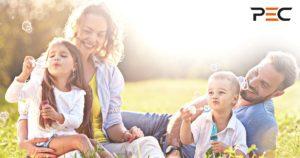 Glückliche Familie sitzend in der Sonne
