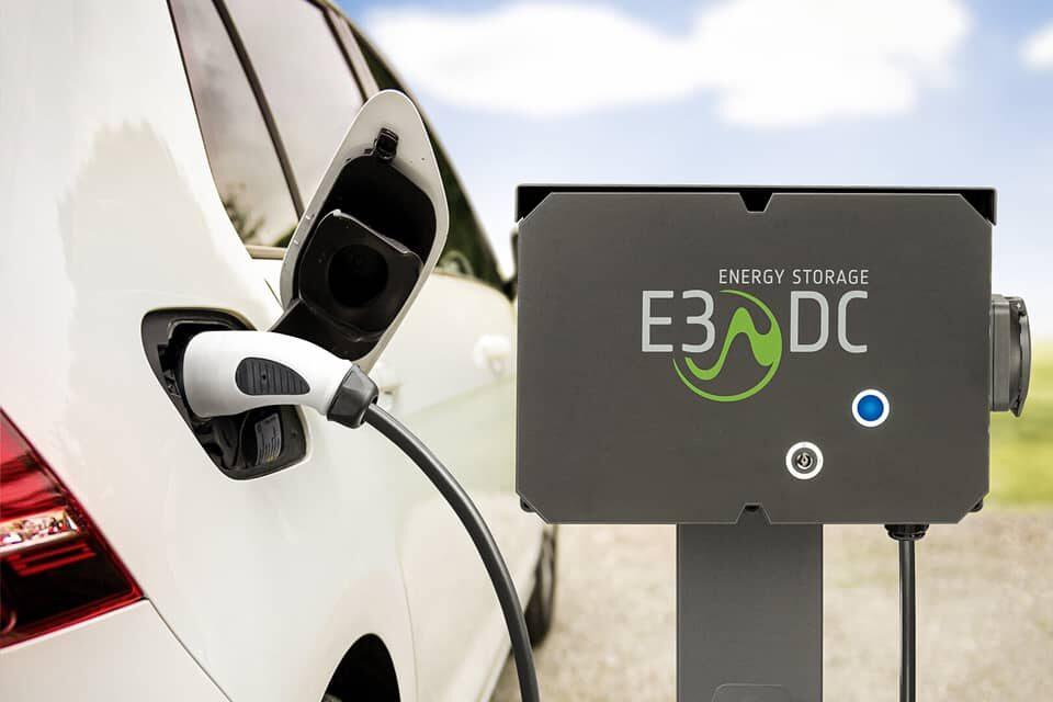 Auto tankt an Elektrotankstelle