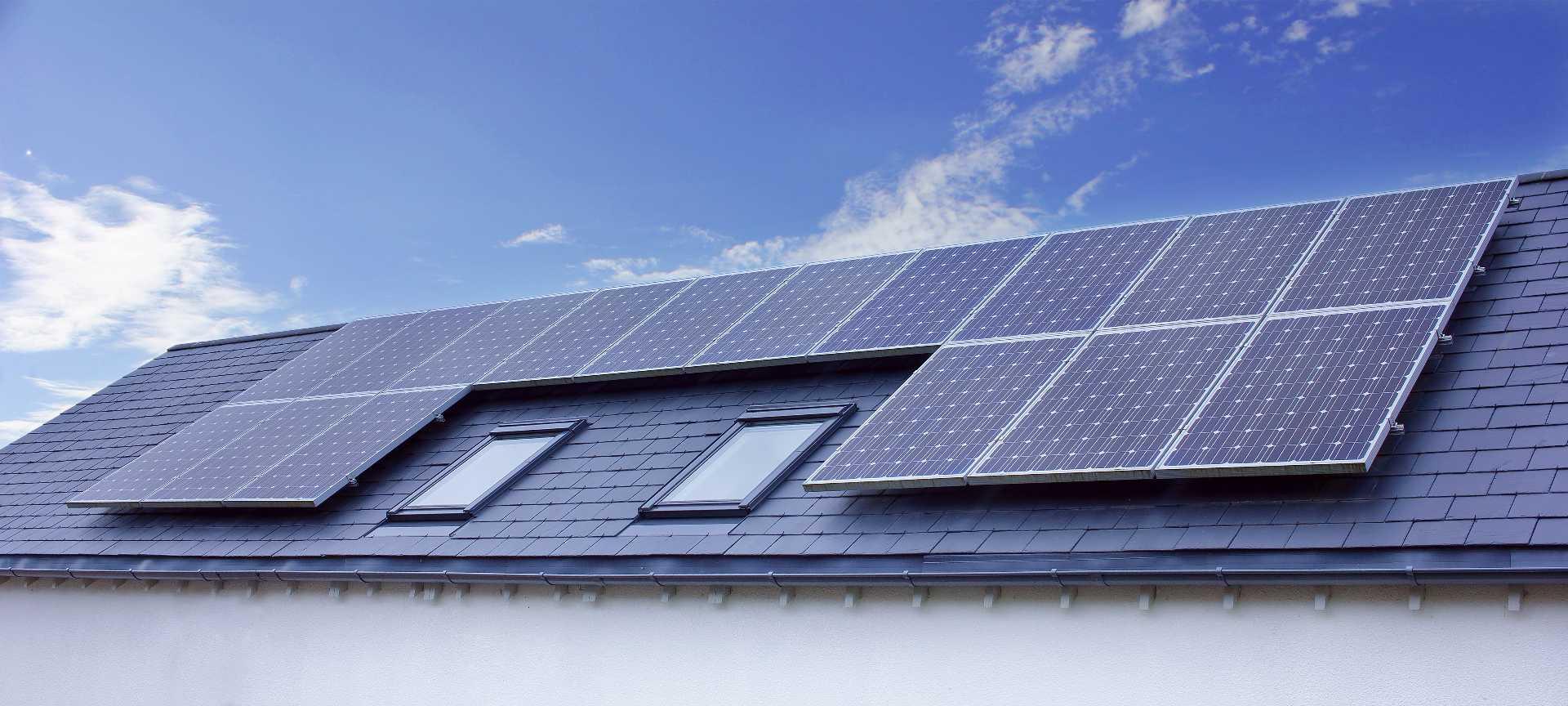 Photovoltaikanlage bei blauem Himmel
