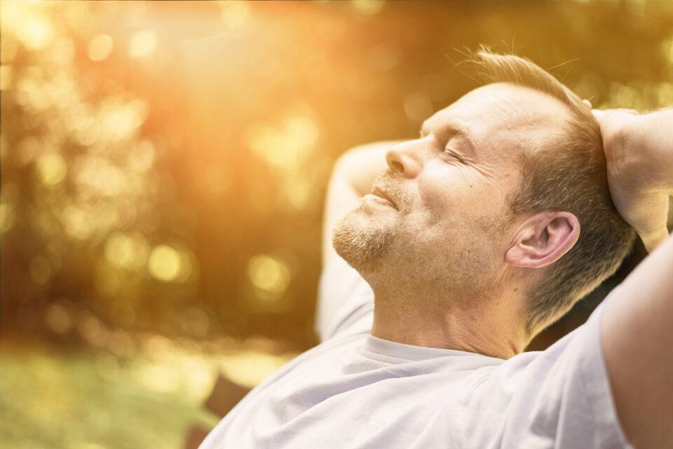 Erwachsener Mann entspannt bei Sonne