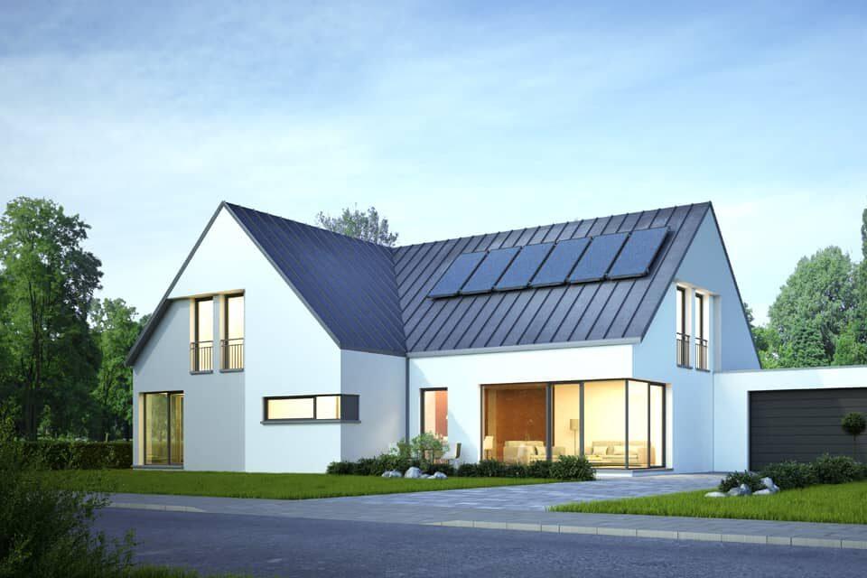 Haus mit Photovoltaik bei Nacht
